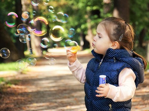niña jugando Concísate obesidad infantil alimentación saludable actividad física
